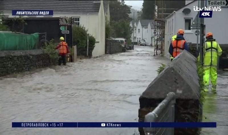 Наводнение в Великобритании привело к массовой эвакуации жителей и туристов