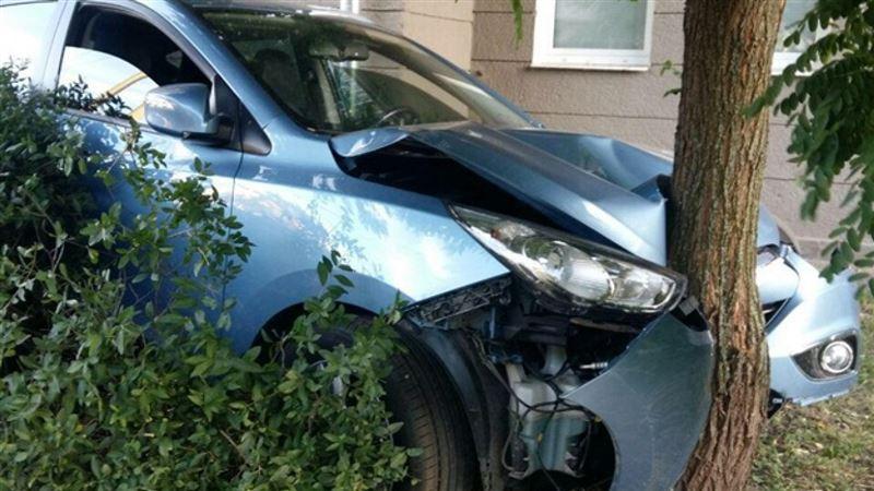 Парень врезался в дерево на угнанном авто
