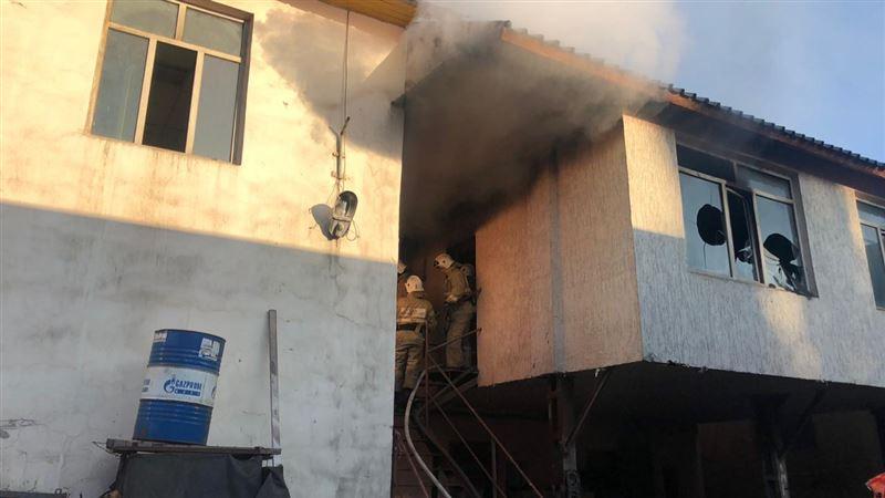 Бытовка оказалась охвачена огнем в Алматы