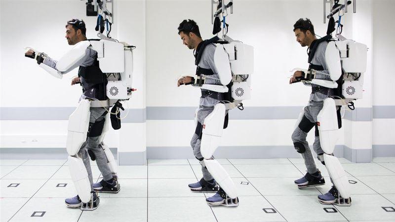 Парализованный смог ходить вновь благодаря экзоскелету