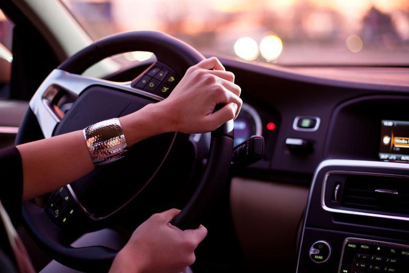 15-летняя девушка угнала авто своего знакомого с территории сауны