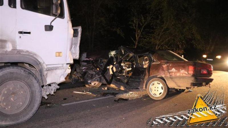 Жуткая авария с участием грузовика и легковушки произошла в Алматинской области