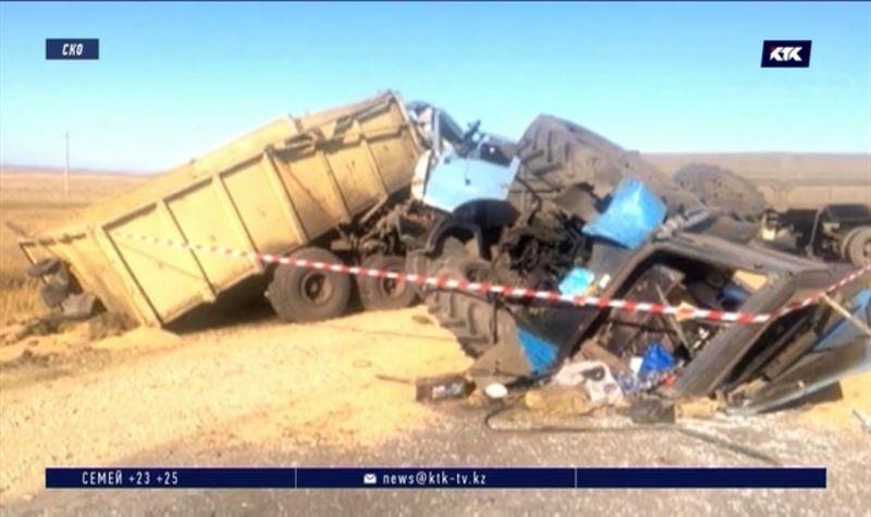 КамАЗ и трактор столкнулись на трассе в СКО