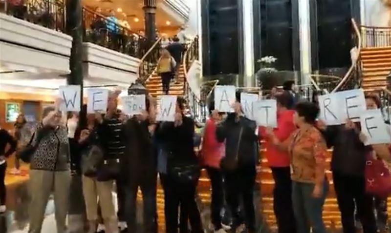 Застрявшие на круизном лайнере пассажиры устроили бунт