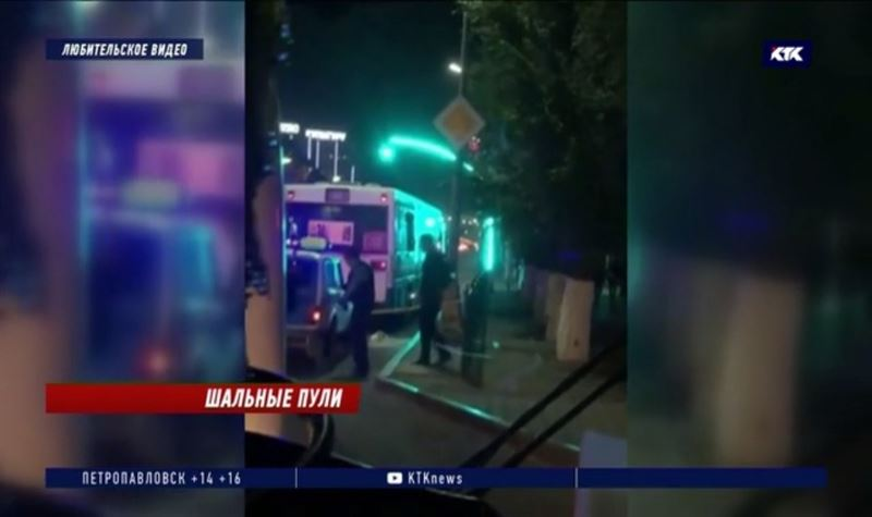В центре Караганды неизвестный обстрелял три автобуса с 200 пассажирами