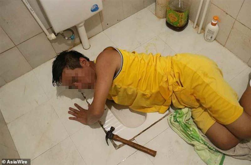 Қарны ашқан ер адам унитаздан балық аулап жеймін деп кептеліп қалды