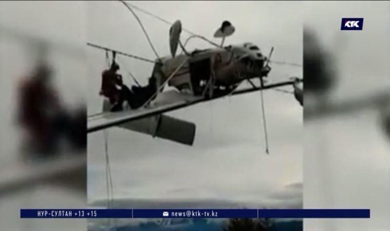 Легкомоторный самолёт повис на проводах в Италии