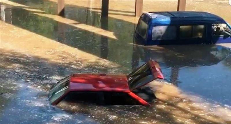 Из-за прорыва теплотрассы улицу в Алматы залило кипятком