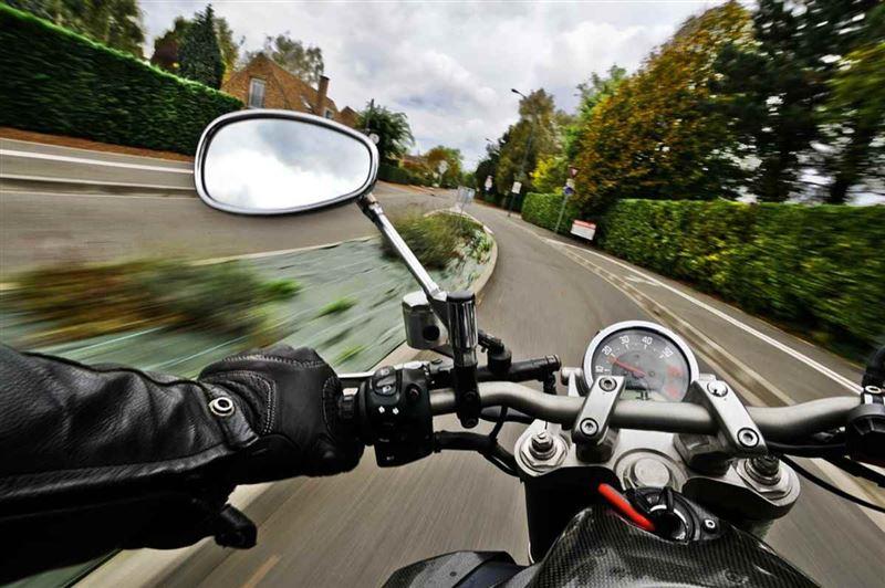 14 метр биіктен құлаған мотоциклші ғажайып жағдайда тірі қалды
