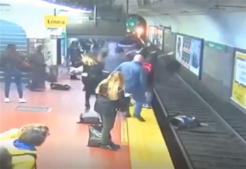 Женщина едва не оказалась под колесами приближающегося поезда