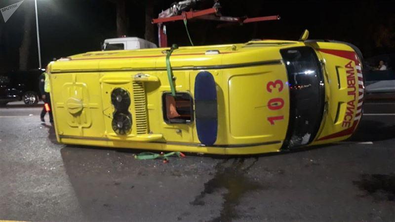 Машина скорой помощи с пациентом опрокинулась в Алматы