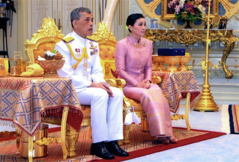 Король Таиланда лишил титулов свою супругу