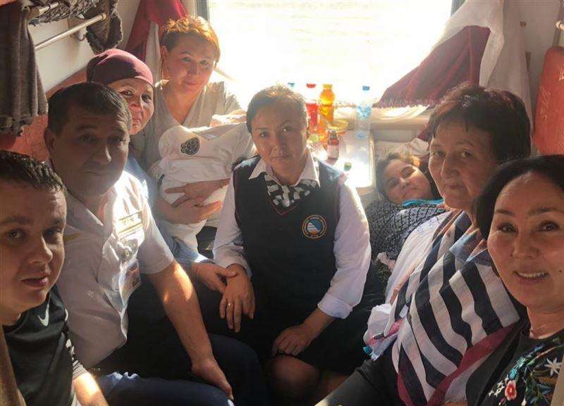 Работники поезда Актобе – Алматы приняли роды у пассажирки