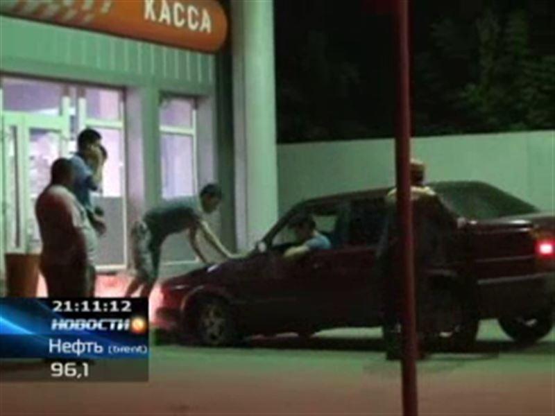 В Уральске пьяные клиенты заправки подрались с охранником