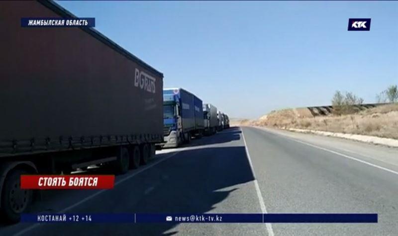 Около ста машин скопилось по обе стороны границы Казахстана и Кыргызстана