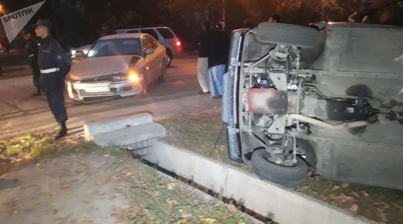 Машина перевернулась после того, как сбила мужчину и ребенка