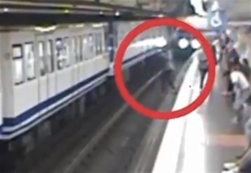 Женщина увлеклась телефоном и едва не погибла под колесами поезда
