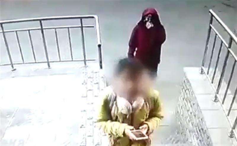 Неизвестный мужчина преследовал школьницу в столице