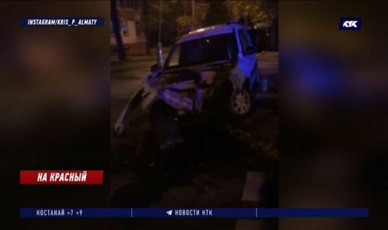 Водитель проигнорировалкрасный сигнал светофора и разбил три авто