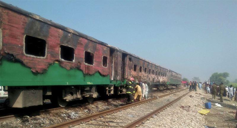 Жертвами пожара в поезде в Пакистане стали 73 человека