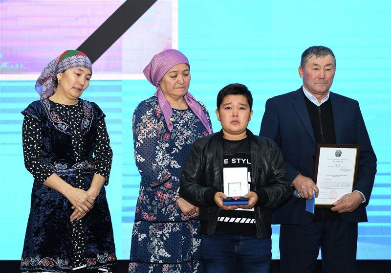 Родным погибшего егеря в Кызылорде вручили орден «Айбын»