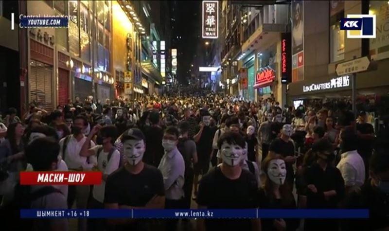 Клоуны и протестующие смешались на очередном митинге