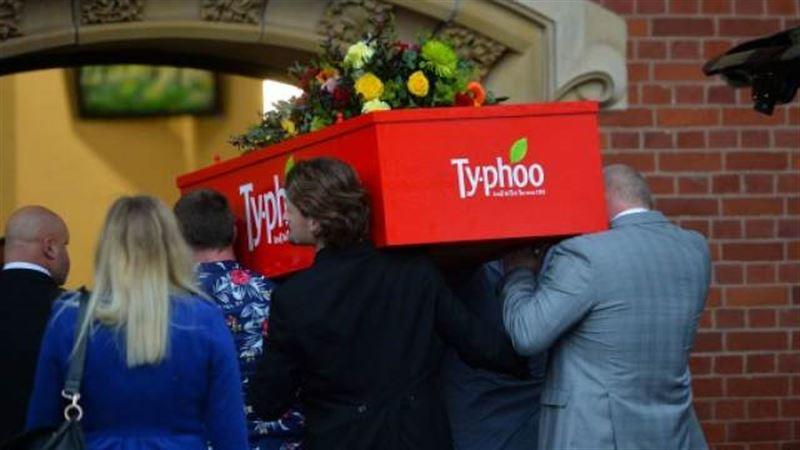 Англичанку, любившую чай, похоронили в гробу в виде чайной коробки