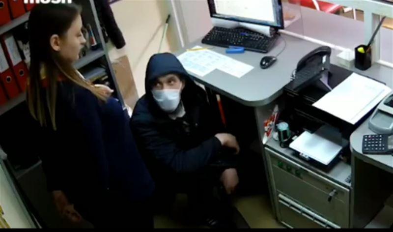 Қазақстандық жігіттің Ресейде сатушыны тонағаны видеоға түсіп қалды
