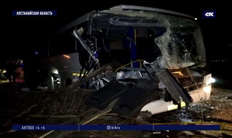 Водитель автобуса не заметил трактор на обочине, два пассажира погибли