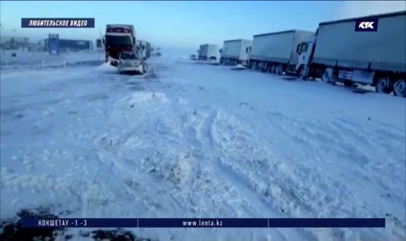Трассу Самара – Шымкент накрыл буран, в заторе больше 200 человек
