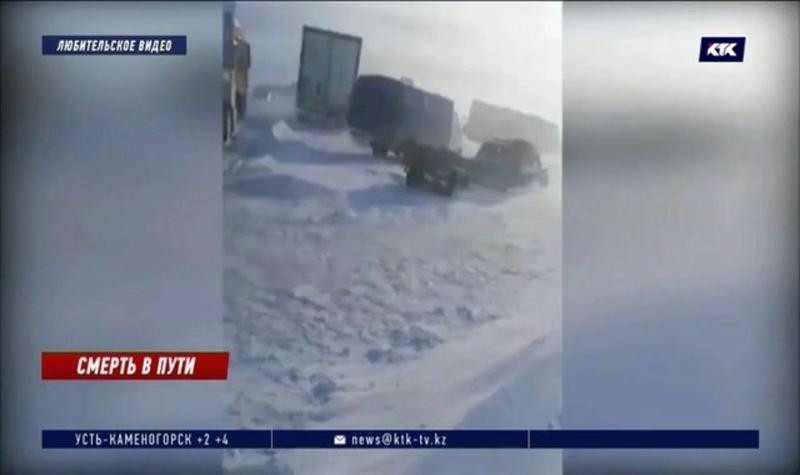 Таджикистанец умер во время снежного заноса на трассе в Казахстане