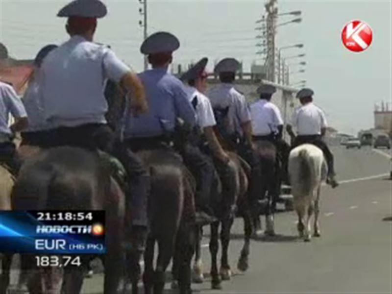 Актауские пляжи теперь патрулируют конные полицейские