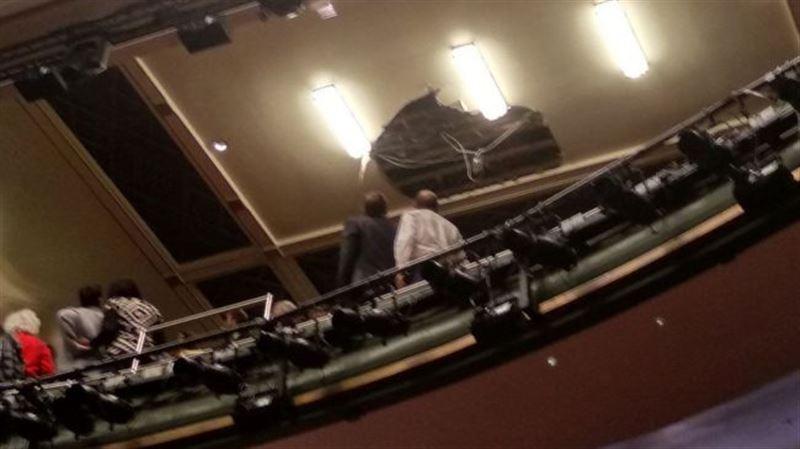 Потолок обрушился на зрителей в театре Лондона
