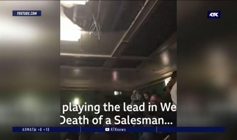 В театре на зрителей обрушился потолок