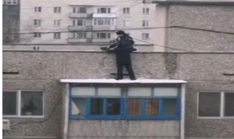 Қарағандыда полицейлер 9-қабаттан секірмек болған қызды құтқарды