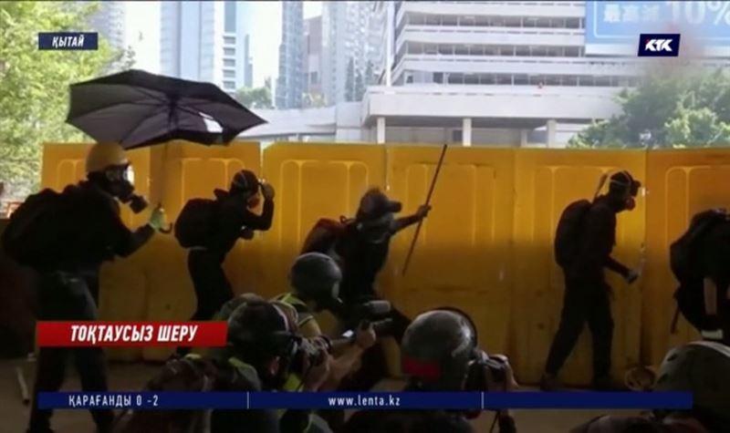 Гонконг: Қытай үкіметіне қарсы шеруде полиция қару қолданды