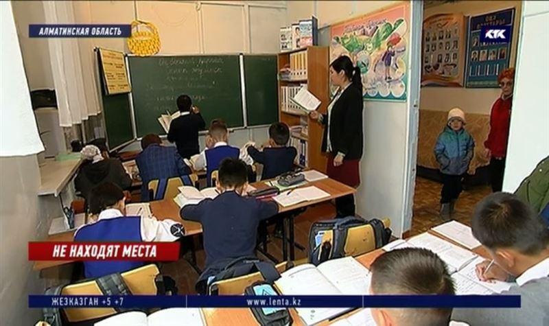 Директор сельской школы переехал в коридор, освободив кабинет для учеников