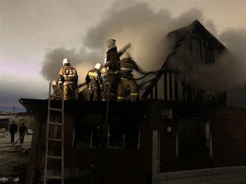 Очевидцы вынесли малыша из горящего дома в столице