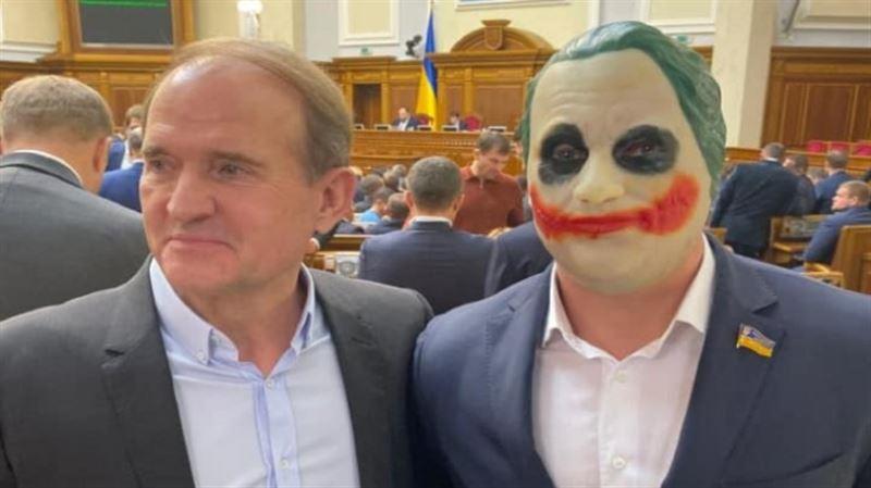 Кеңеске депутат Джокер бетпердесін киіп келді