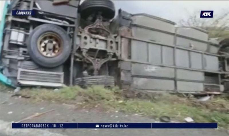 В Словакии столкнулись грузовик и школьный автобус