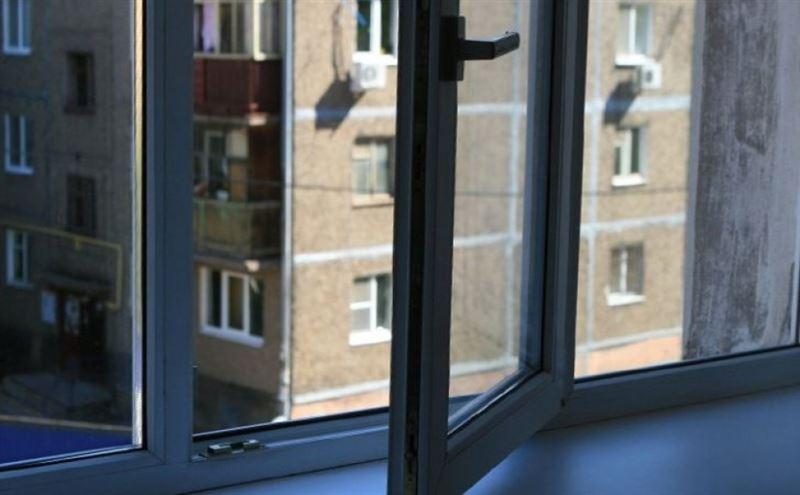 Сотрудник ПС КНБ выпал с высоты 12-го этажа в столице