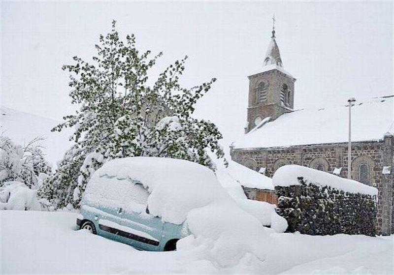 Из-за снегопада 300 тыс. домов осталось без света во Франции