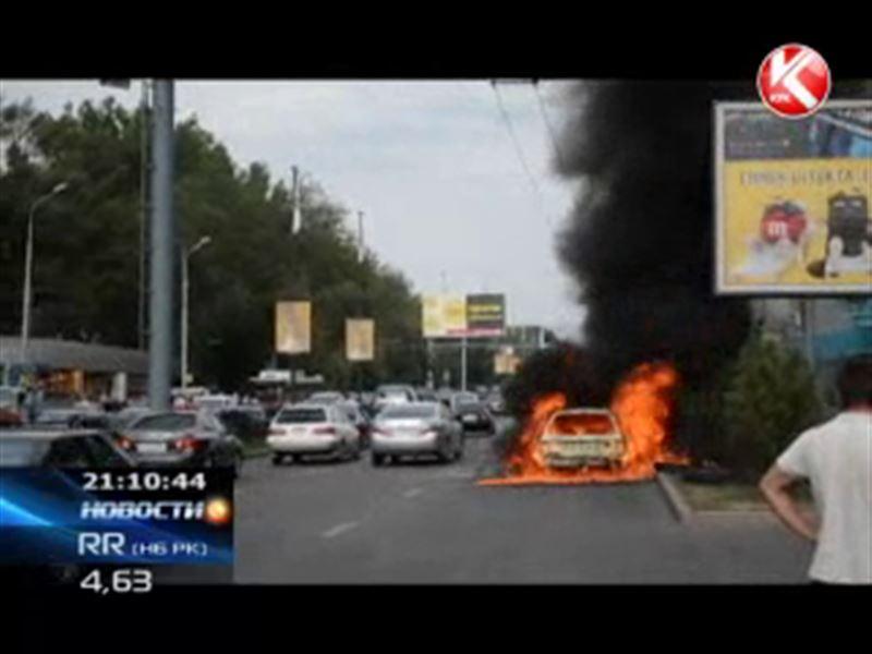 На оживленном проспекте Алматы дотла сгорел автомобиль