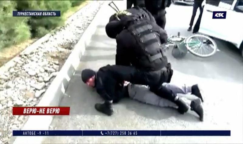 Приверженца ДАИШ сняли с велосипеда и задержали