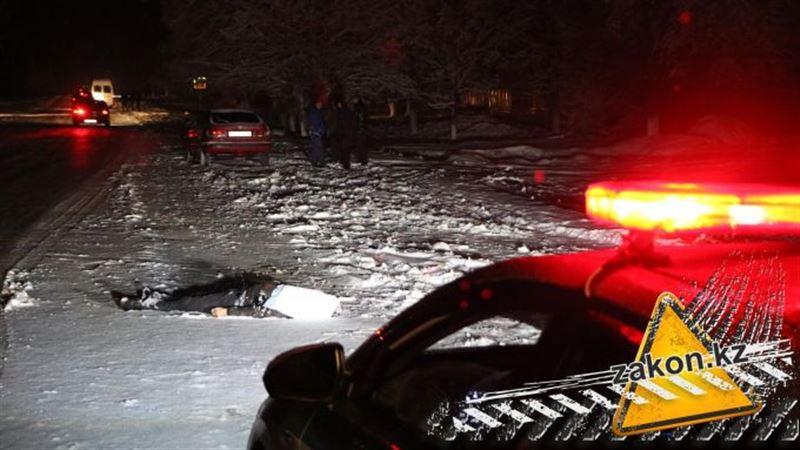 Автомобиль наехал на мужчину, лежащего на дороге