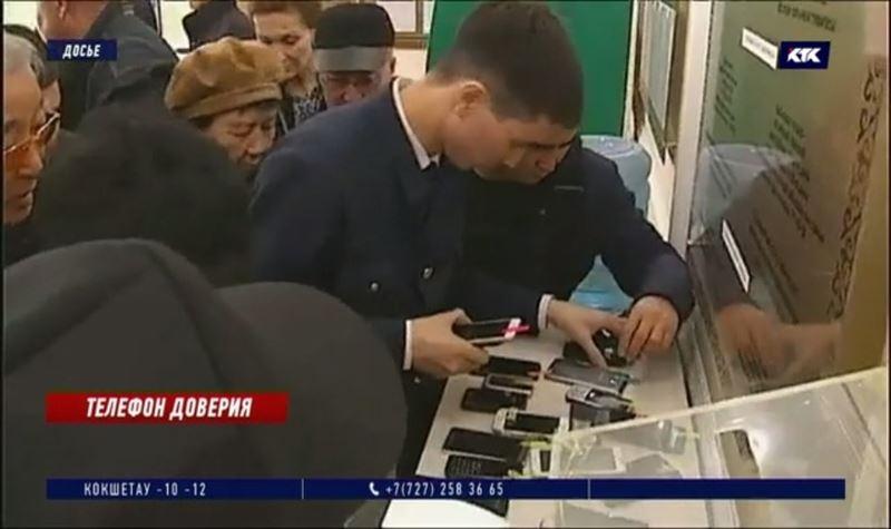 Чиновникам разрешили пользоваться смартфонами во время работы