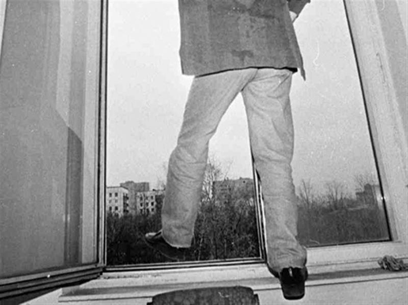 Мужчина выпал из окна на 12-м этаже в Алматы