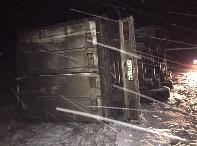 Грузовик, перевозивший 19 тонн сгущенки, перевернулся в Павлодарской области