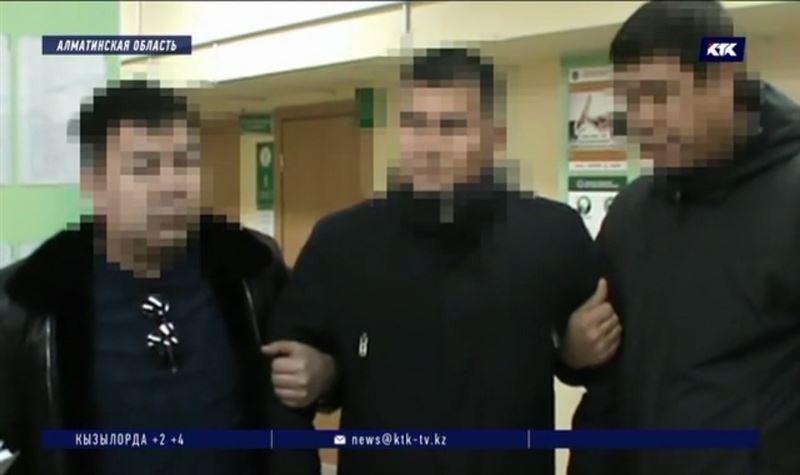 Подполковника с миллионом в кармане задержали в Алматинской области