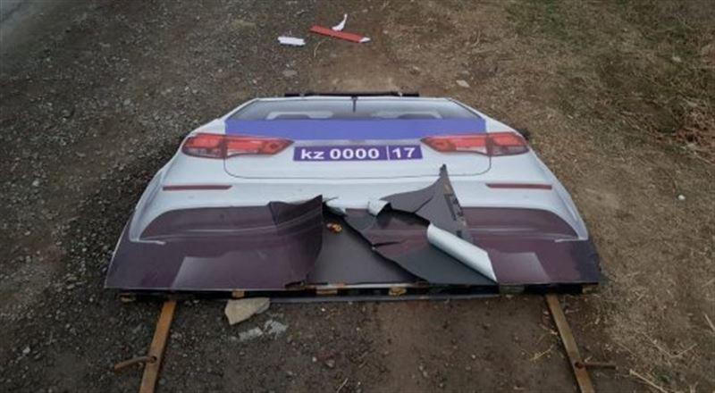 Полиция автокөлігінің муляжын екі бұзақы талқандап тастаған